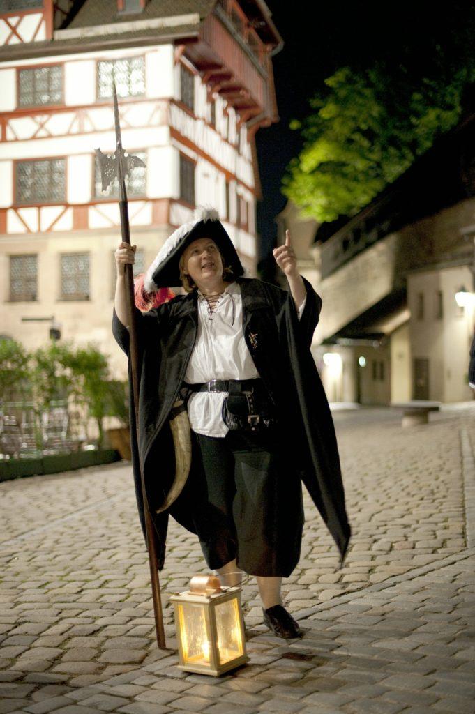 Die Nachtwächterin vor dem Dürerhaus